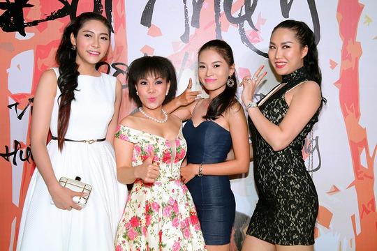 Nhiều người đẹp đến chúc mừng Việt Hương