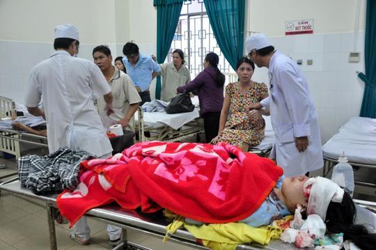 Các nạn nhân nhập viện điều trị tại Bệnh viện đa khoa Quảng Ngãi. Ảnh: T.Trực