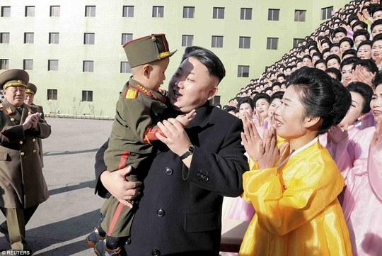 Kim Jong-un tái phát bệnh đau chân ?