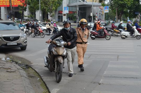 Người đi đường vi phạm giao thông có dấu hiệu uống rượu bia sẽ được cho thổi máy đo nồng độ cồn