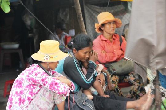 3 đối tượng chăn dắt ngồi trong quán để theo dõi và thu tiền.