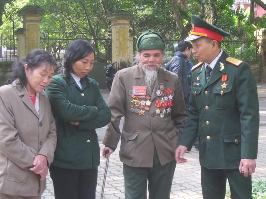 Bác Ngô Xuân Chiến cựu chiến binh (người chống gậy, mặc áo nâu) đang nói chuyện với những thành viên trong đoàn