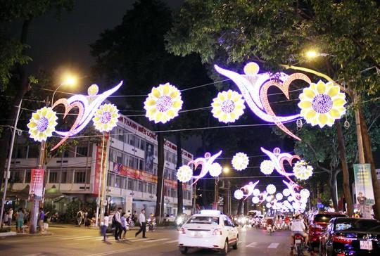 Đèn trang trí trên đường Phạm Ngọc Thạch từ Nhà văn hóa Thanh Niên đến Hồ Con rùa