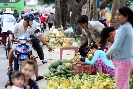 Chủ thuyền cũng mang trái cây lên bờ bán lẻ cho người đi đường với giá khá rẻ