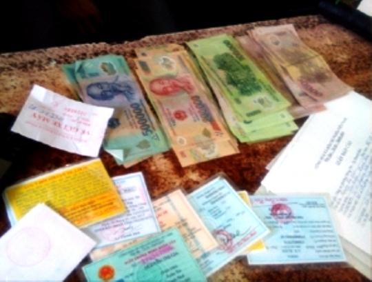Số tiền và giấy tờ của người mất được bảo vệ Bệnh viện Đa khoa Thanh Hóa thu giữ, trả lại cho người mất.