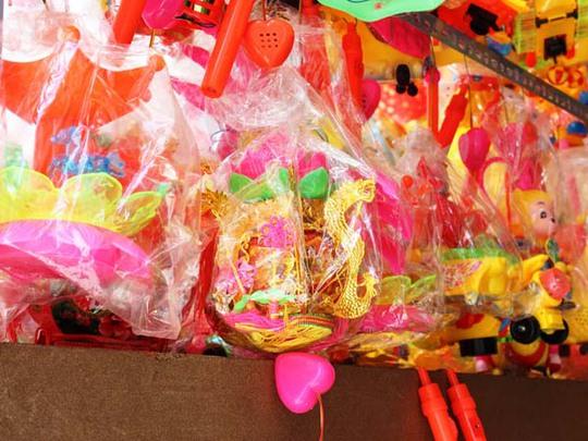 Các loại lồng đèn Trung Quốc đều bọc kín trong túi nilon do không bán được.