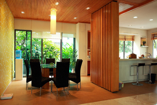 Bếp, phòng ăn, phòng khách liên thông và mở ra vườn.