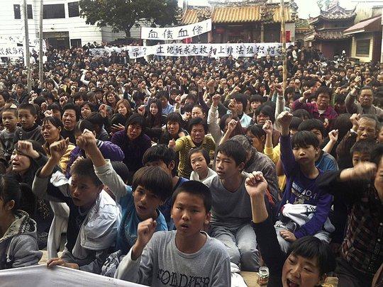 Nhiều người dân Trung Quốc phản đối về việc bồi thường liên quan đến đất đai năm 2011. Ảnh: Business Insider