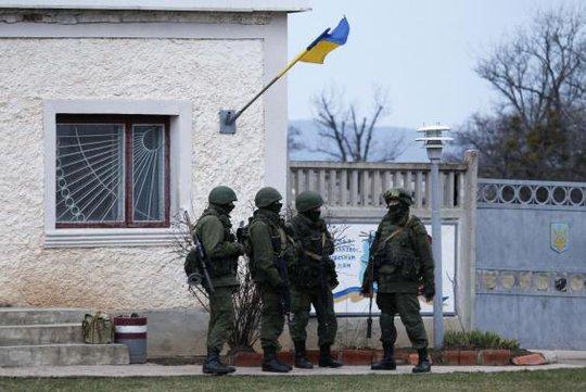 ...và binh lính bao vây căn cứ ở Perevalne. Ảnh: Reuters