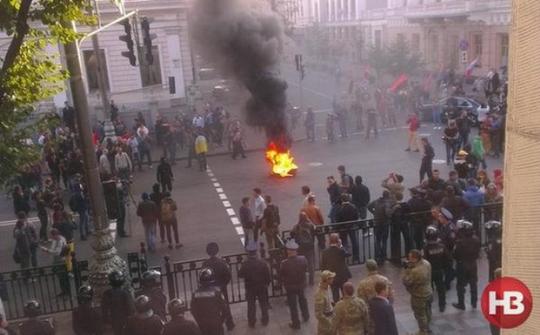 Các nhà hoạt động Maidan đốt lốp xe ngoài tòa nhà quốc hội Ukraine hôm 16-9. Ảnh: Twitter
