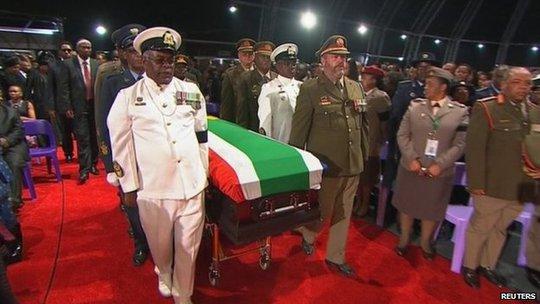 Đám tang vị anh hùng dân tộc Nam Phi tháng 12-2013. Ảnh: Reuters