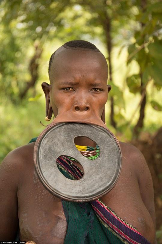 Nó gấp 2 lần một chiếc đĩa thông thường mà phụ nữ Ethiopia thường đeo. Ảnh: Daily Mail