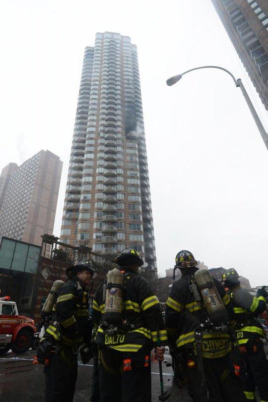 Nhân viên cứu hỏa khống chế đám cháy. Ảnh: New York Daily News