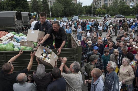 Người dânSlovyansk nhận lương thực từ chính phủ. Ảnh: AP