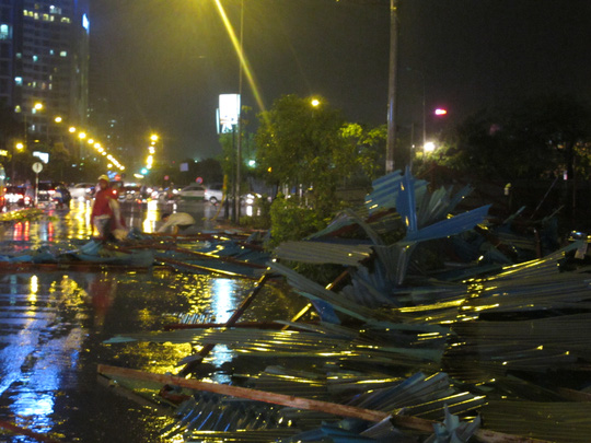 gió đã quật đổ hàng rào công trình xây dựng bên cạnh BigC Thăng Long trên đường Trần Duy Hưng, quận Cầu Giấy
