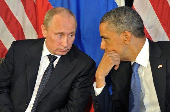 Khoảnh khắc thân thiện hiếm hoi giữa lãnh đạo hai nước Nga-Mỹ. Ảnh: EPA