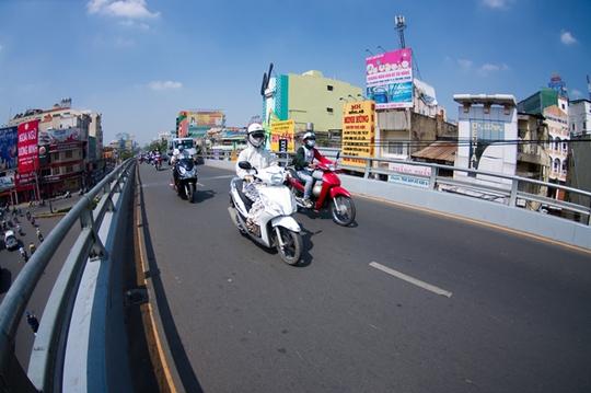 Cầu vượt thép vòng xoay cây Gõ được khánh thành vào tháng 10-2013, góp phần giảm ùn tắc cho cửa ngõ phía Tây của TP HCM.