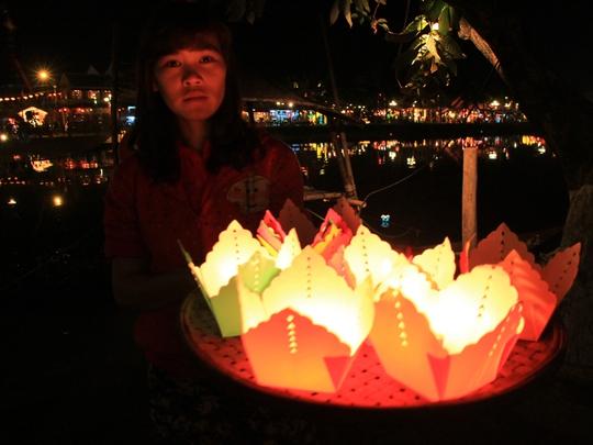 Hoa đăng được bán cho du khách để thả xuống sông Hoài