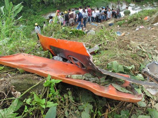 Nhiều bộ phận của xe bị xét nát, văng ra xa thân xe hàng chục mét
