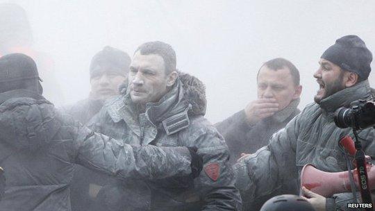 Lãnh đạo Đảng đối lập Vitali Klitschko bị phun bột vào người. Ảnh: Reuters