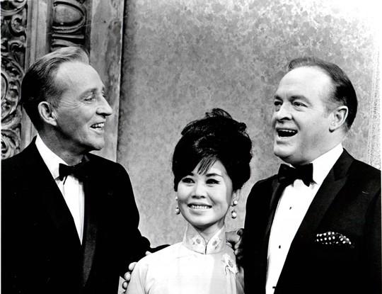 Tấm hình chụp trong lúc Bạch Yến xuất hiện trên show đặc biệt của ông Bob Hope: Hope NBC TV. Bạch Yến đang đàm thoại với hai tài tử người Hoa Kỳ lừng danh là ca sĩ tài tử Bing Crosby và ông Bob Hope. Đây là tấm hình có giá trị cao và hiếm có của Bạch Yến.
