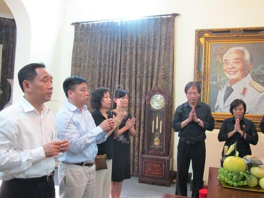 Nhân dân đến thắp hương nhân giỗ đầu Đại tướng tại số nhà 30 Hoàng Diệu, Hà Nội. ảnh Văn Duẩn