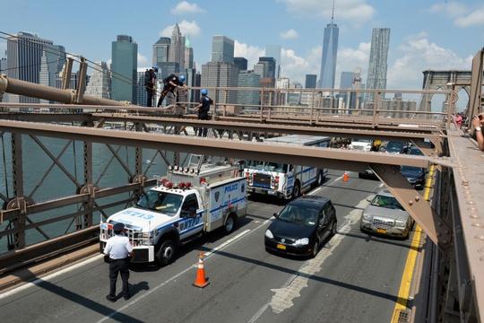Công nhân gỡ bỏ 2 lá cờ trắng lúc 11 giờ trưa 22-7. Ảnh: New York Post
