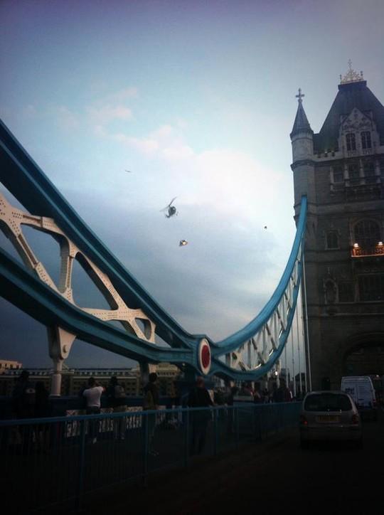 Chiếc trực thăng bay dọc sông Thames ở thủ đô London tối 7-9. Ảnh: Twitter