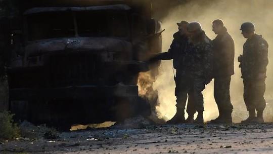 Binh sĩ Ukraine kiểm tra kết quả cuộc pháo kích qua đêm 6-9 ở Mariupol. Ảnh: BBC