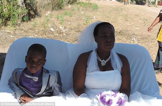 Cậu bé Saneie Masilela và cô dâu Helen Shabangu. Ảnh: Barcroft Media