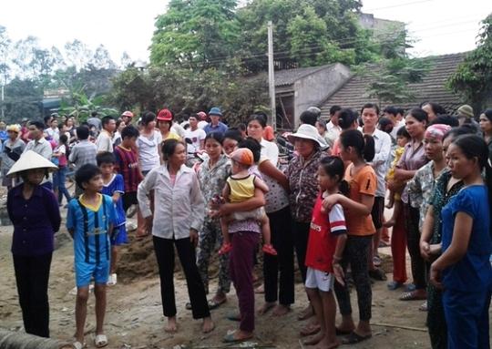 Hàng trăm người dân địa phương thẩn thờ trước cái chết của anh Kiệt