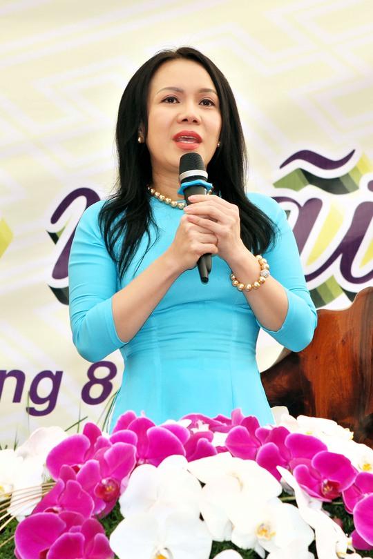 Việt Hương được chương trình mời lên sân khấu của buổi lễ để chia sẻ về mẹ với chủ đề Sẽ là mãi mãi. Lần đầu tiên chị hé lộ pháp danh khi quy y là Diệu Lâm trước 20.000 phật tử hội ngộ về nơi đây
