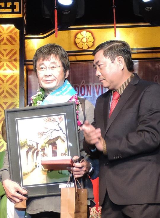 Chủ tịch UBND TP Hội An (bìa phải) tặng quà cho ông Fujita Naechika, vị khách quốc tế thứ 1,6 triệu đến Quảng Nam