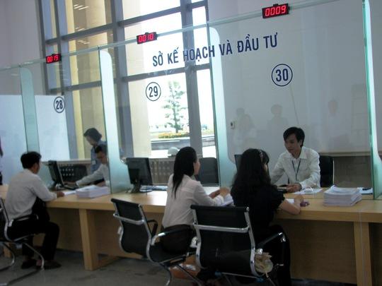 Người dân giải quyết thủ tục hành chính tại khu vực hành chính mở của tòa nhà