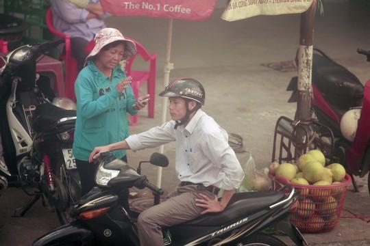 Trước cổng ga Sài Gòn lúc nào cũng có cò vé hoạt động. Họ hoạt động rất công khai và luôn chèo kéo khách mua vé tàu