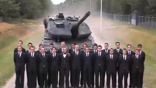 Hàng người đứng im mặc cho xe tăng ầm ầm lao tới. Ảnh cắt từ clip. Nguồn: RT