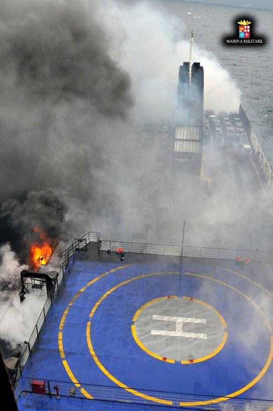 Con phà cháy lớn làm hành khách hoảng loạn. Ảnh: Reuters