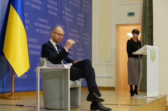 Thủ tướng Ukraine Arseniy Yatsenyuk tại cuộc họp báo hôm 30-12. Ảnh: Kyiv Post