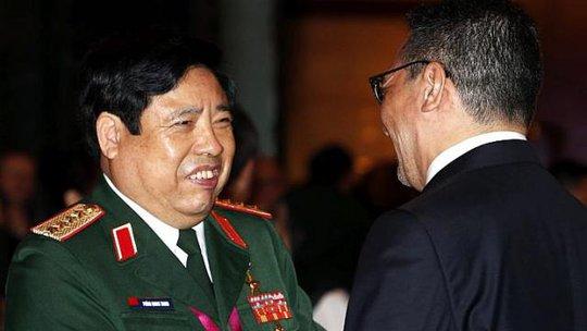Bộ trưởng Quốc phòng Phùng Quang Thanh trao đổi với người đồng cấp Malaysia Hishammuddin Hussein tại Đối thoại Shangri-La hôm 30-5. Ảnh: REUTERS