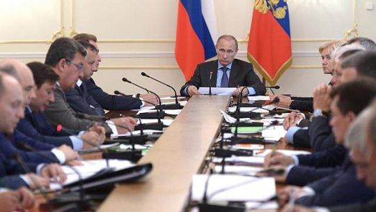 Tổng thống Nga Vladimir Putin chủ trì cuộc họp chính phủ hôm 30-7. Ảnh: REUTERS