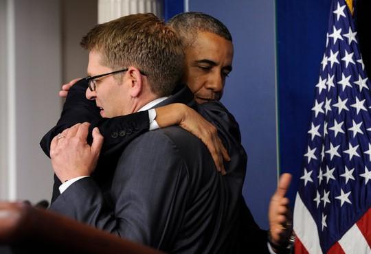 Ông Obama ôm từ biệt ông Jay Carney sau khi tuyên bố ông Carney sẽ thôi giữ nhiệm vụ Thư ký báo chí Nhà Trắng