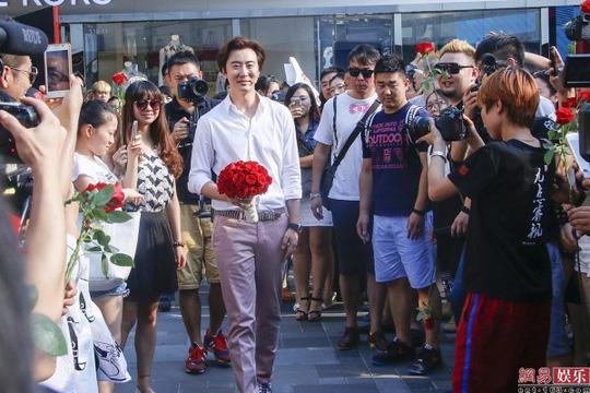 Tử Kỳ xuất hiện hát vang ca khúc tình yêu kèm bó hoa hồng đỏ
