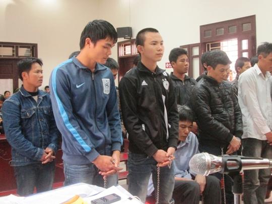 Hai bị cáo Nguyễn Văn Tuyển (bìa trái, hàng đầu )và Phạm Văn Thành vẫn khăng khăng mình không giết người mà bị ép cung