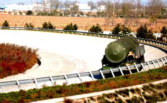 Một tên lửa mang đầu đạn hạt nhân của Trung Quốc. Ảnh: People.cn