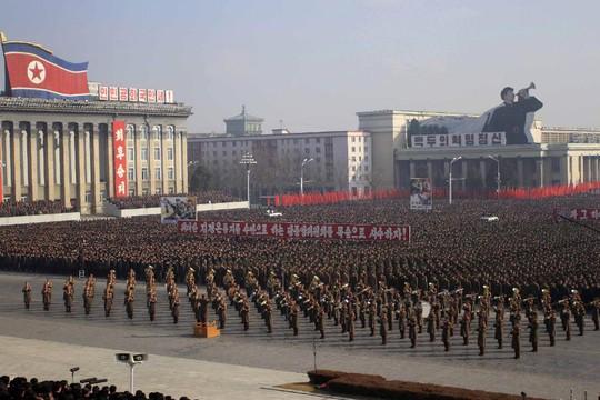 Quân đội và người dân tập hợp tại quảng trường Kim Il Sung ca ngợi lãnh đạo Kim Jong-un và lên án Mỹ. Ảnh: AP