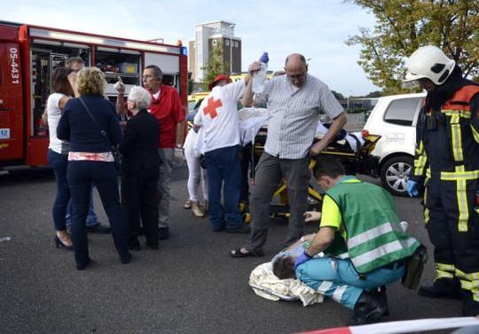 Lực lượng cứu hộ nhanh chóng có mặt tại hiện trường. Ảnh: Reuters