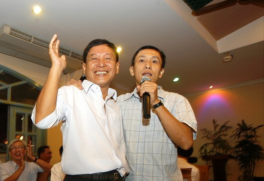 Nhà báo Võ Như Lanh (trái) chia tay đội ngũ TBKTSG khi hết làm Tổng biên tập.