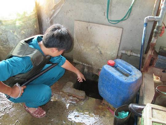 Nước thải được đổ thẳng ra con rạch phía sau nhà gây ô nhiễm trong khu vực