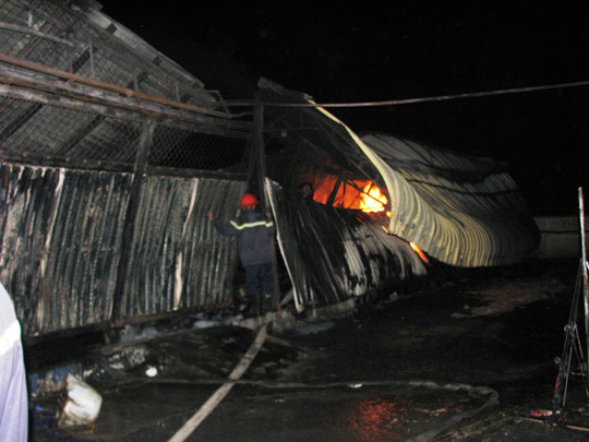 Khi PV Người lao động đến hiện trường lửa vẫn chưa được dập tắt