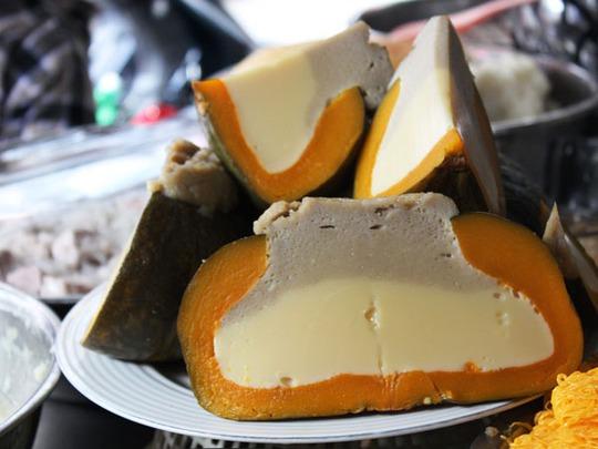 Chè Bà-bơ-chon-chang (hay còn gọi là chè bí) được làm bằng bí hấp và sữa đặc, có giá 10.000 đồng/miếng.
